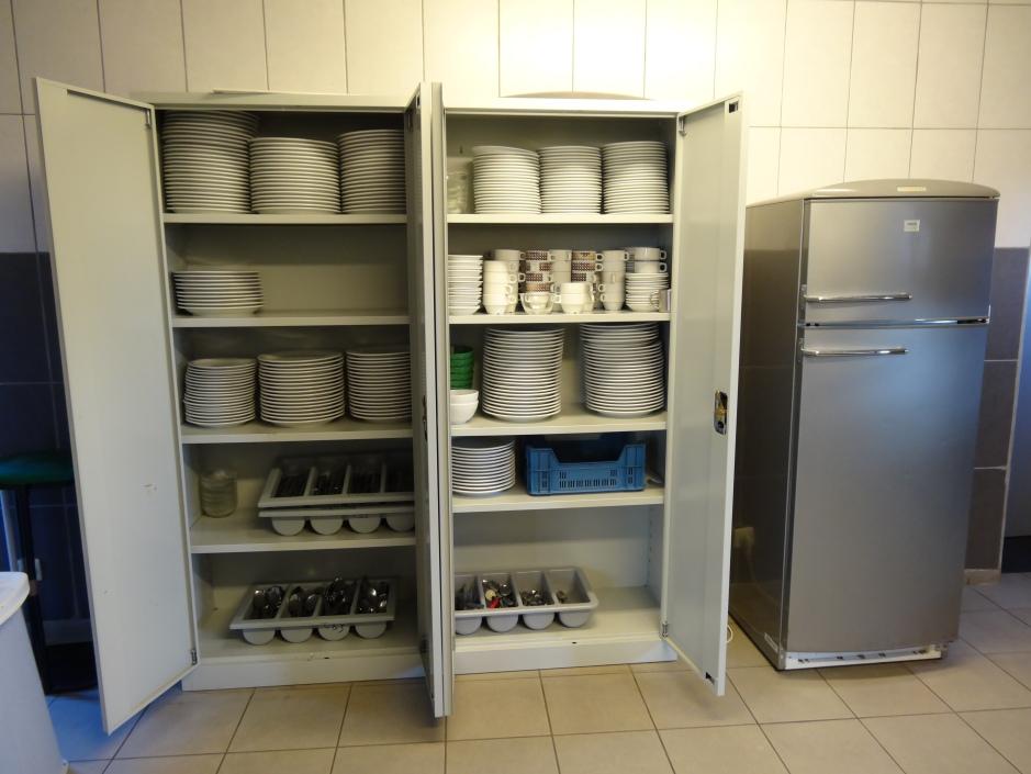 Les armoires remplies de vaisselle et de couverts